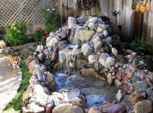 Decoratiune cu apa curgatoare in gradina.